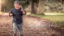 dreng med sixpence løber i allé af træer
