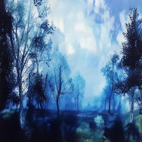 Trær i intens blå tåke