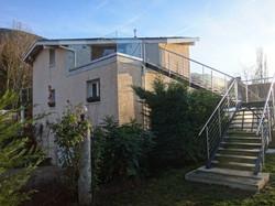 Escalier large et terrasse