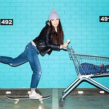 Vrouw Skateboard Winkelen