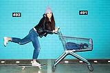 Frau Skateboard Einkauf