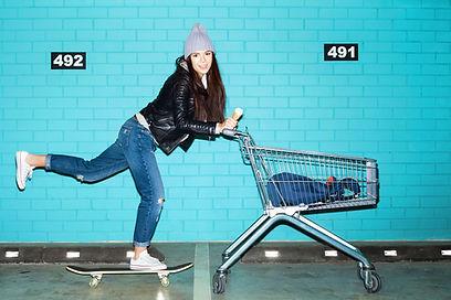 Kvinna Skateboard Shopping