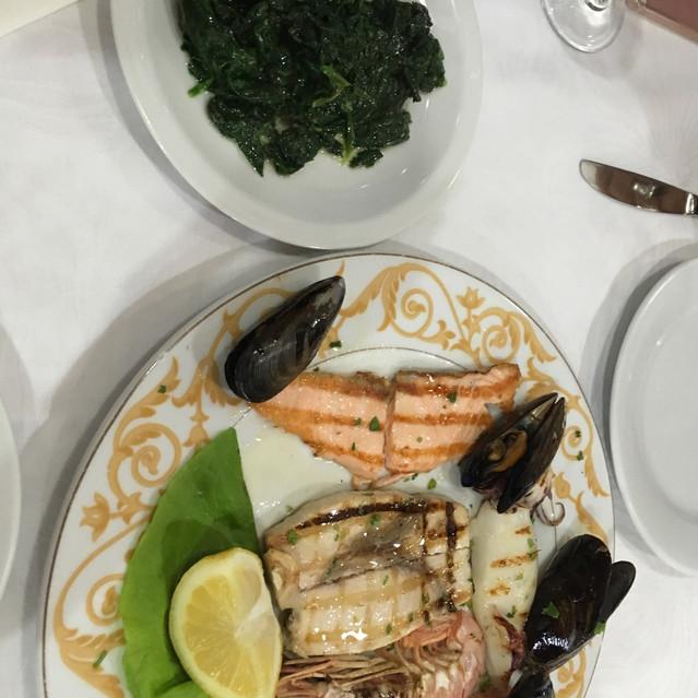 épinards et poissons grillés