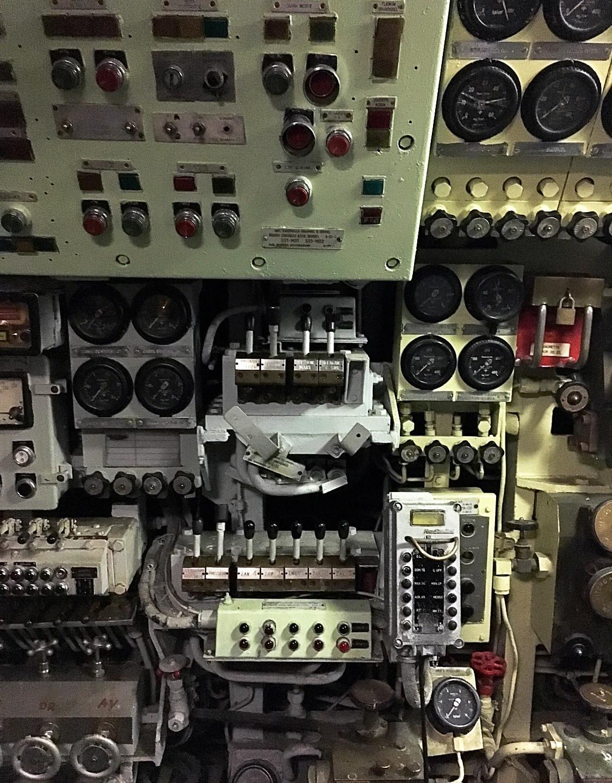 sous-marin, pas un cm sans boutons