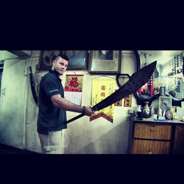 """Call that a KNIFE!?"" At the Tong Long HQ in Hong Kong!! My all time favourite style!!! #knife #kniv"