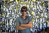 Fasim posando en el estudio frente al lienzo de 3 x 2 m. titulado Le belle equipe, Valenci