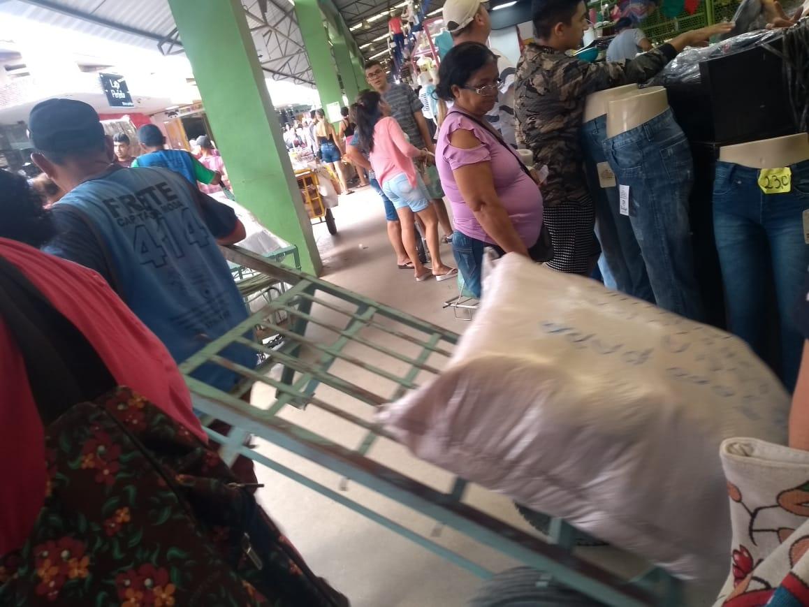 Clientes fazendo suas compras