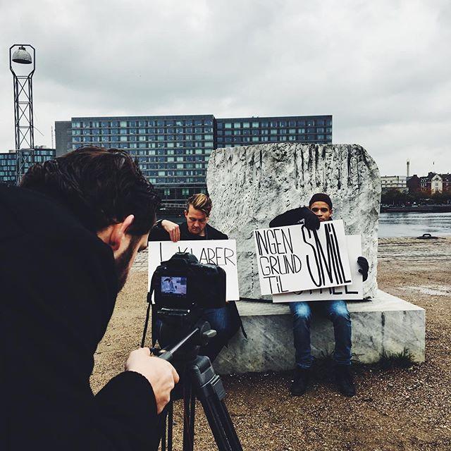 Vi laver lyricvideo til 'Charter'. Det er lidt koldt og regn-agtigt, men der er nu masser af grund t