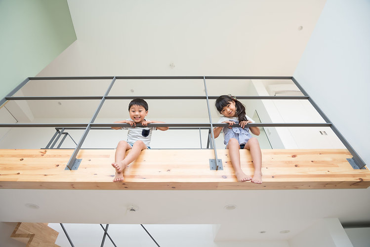 二階から覗く子どもたち