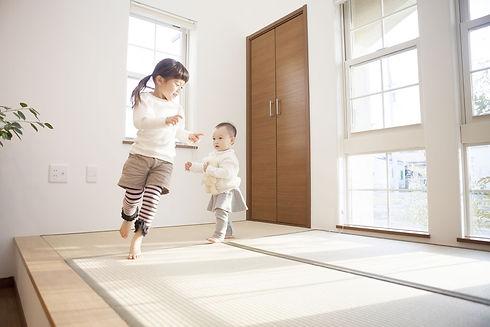 和室で遊ぶ子供