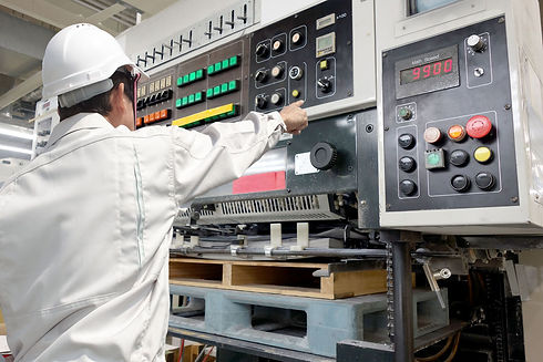 制御盤と作業員