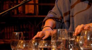 close up handen en glazen.jpg