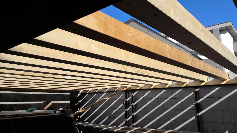 Posa travetti per tettoia in legno