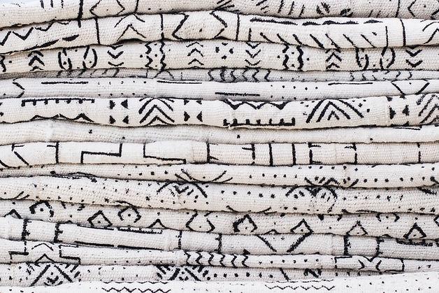 Schwarzes Muster auf weißem Stoff