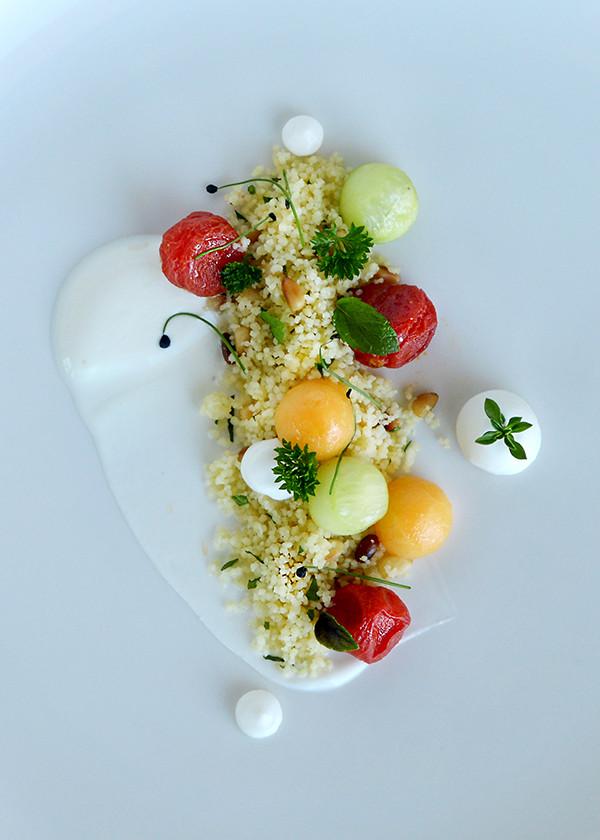 vorspeise auf teller tomaten