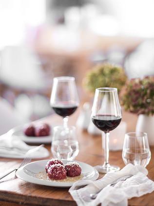 gedeckter tisch knödel rotwein