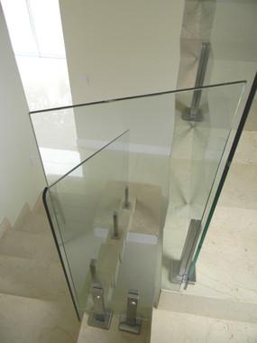 Guarda corpo para escada em vidro incolor.