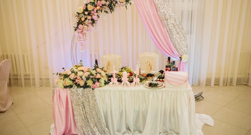 Свадебная арка декорированная цветами, кристалами и тванью