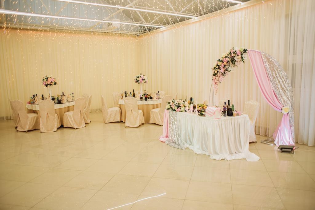 Свадебное украшение банкетного зала