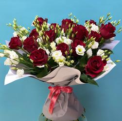 Букет класических красных роз с белой эустомой