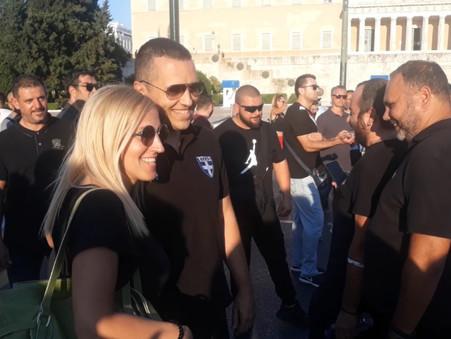 Θερμή υποδοχή του Ηλία Κασιδιάρη στο Σύνταγμα! ΟΧΙ στα μέτρα που φτωχοποιούν τους Έλληνες -  ΒΙΝΤΕΟ