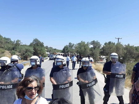 Μόρια Λέσβου: Άγριο ξύλο και χημικά κατά Ελλήνων! Αγκαλιά με τους λάθρο η Σακελλαροπούλου