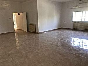شقة طابق أول للبيع في اجمل مناطق الويبدة بجانب السفارة الإيطالية