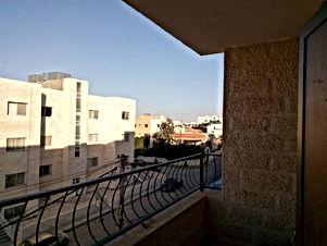 شقة للبيع مادبا بالقرب من إشارات الدفاع المدني الغربي خلف مدارس كنز المعرفة