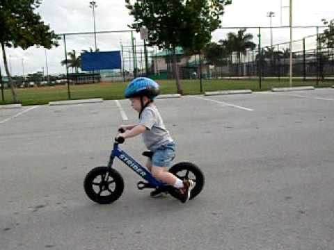 Nauka jazdy na rowerku do biegania. Rowerek do biegania uczy uruchamiania pojazdu z pozycji stojącej i trzymania równowagi podczas jazdy. Te dwa elementy są najtrudniejsze. Pedałowanie jest najłatwiejszą cześcią jazdy na rowerze, zwłaszcza gdy naciskamy pedały w pozycji stojącej.