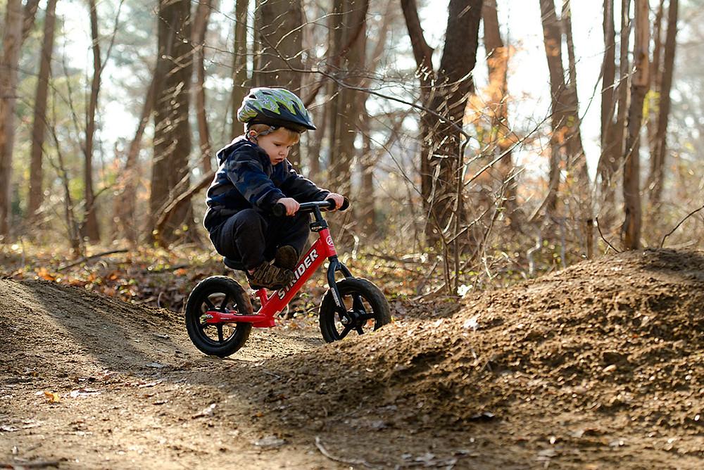 Rowerek do biegania typu strider nadaje się do jazdy na każym terenie. Maluch sa decyduje kiedy dołączyć do niego pedały.