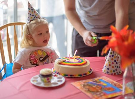Petrecem în casǎ.  Mami face tort. Avem baloane cu heliu de la Superbaloane.ro