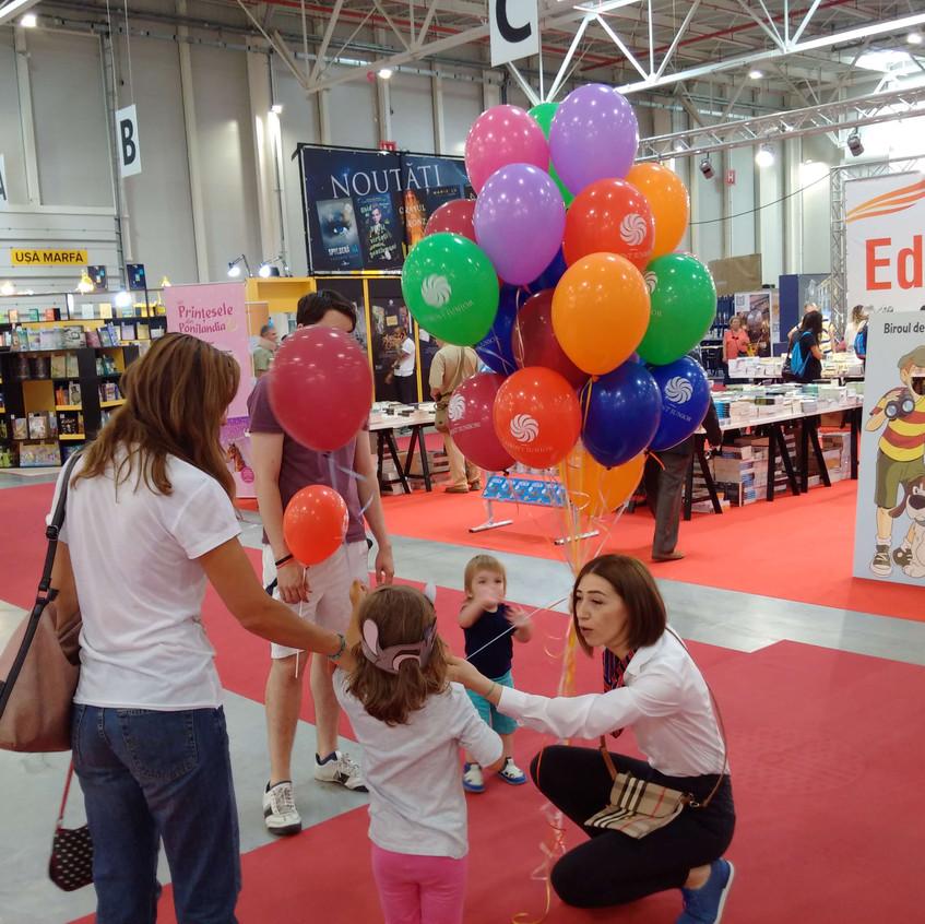 Baloane cu heliu I Bucuresti I Superbaloane I Baloane imprimate si umflate cu heliu la Bookfest 2018 Romexpo I Editura Corint