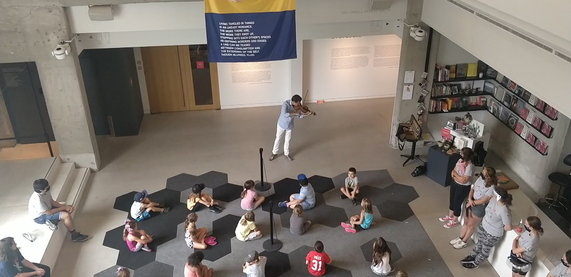 Le violoniste et chef d'orchestre Alexandre Da Costa donne un concert privé aux jeunes campeurs. Il est assez rare d'entendre d'aussi proche le son d'un Stradivarius « Deveault » 1701. ;)