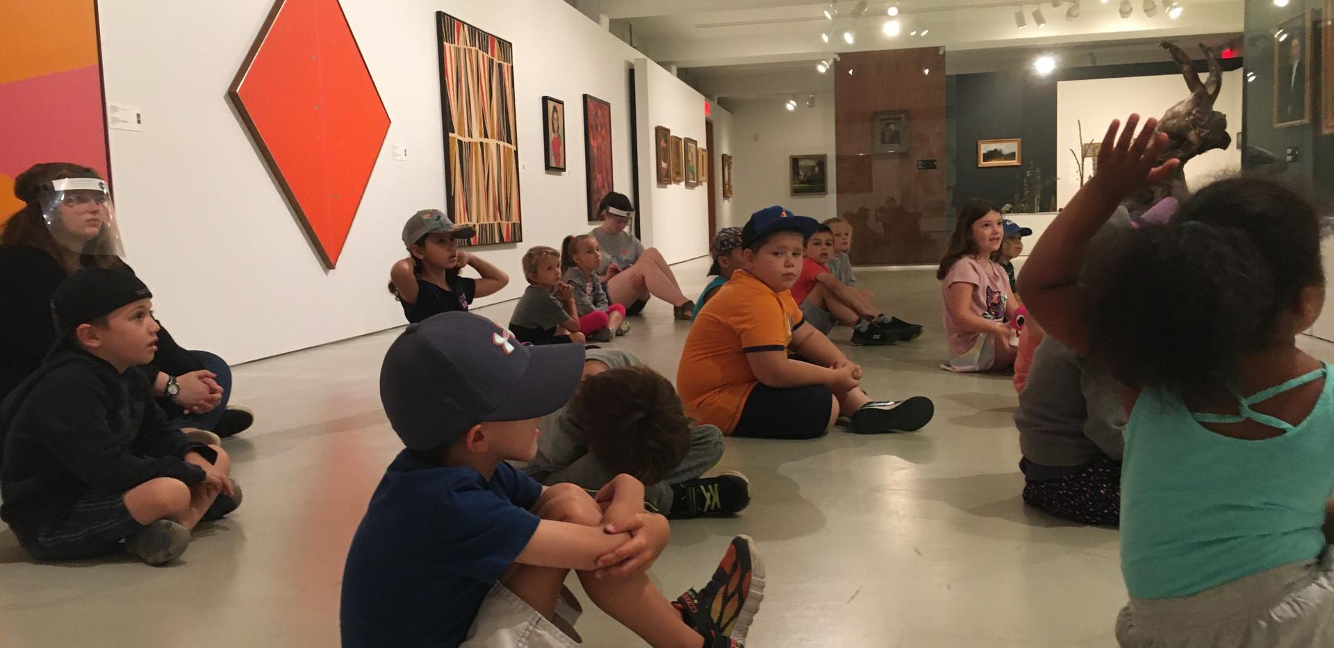 Les enfants en visite dans les salles d'exposition du Musée d'art de Joliette