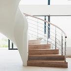Escalier en bois blanc