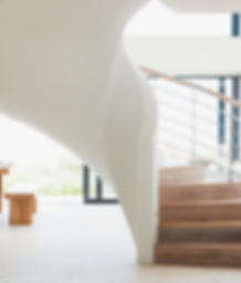 Escadaria de madeira branca
