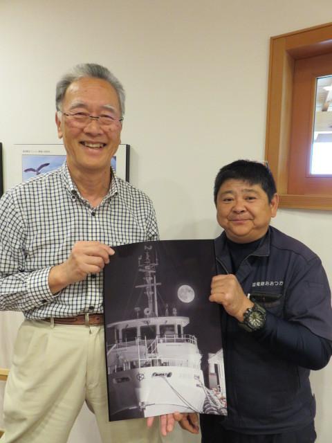 川内港ターミナルの村上さん(左)と写真家松若さん(右)