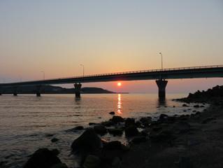 春分の前日、川内河口大橋に沈む夕日