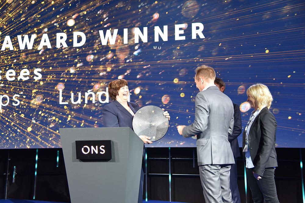 Oljedirektør Bente Nyland deler ut IOR-prisen på ONS i 2018 til rettighetshaverne for Alvheim-feltet i Nordsjøen. (Foto: Petroleumsdirektoratet)