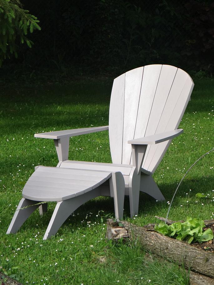 """Un fauteuil Adirondack Verneuil et son repose-pieds repeint couleur """"Taupe"""""""
