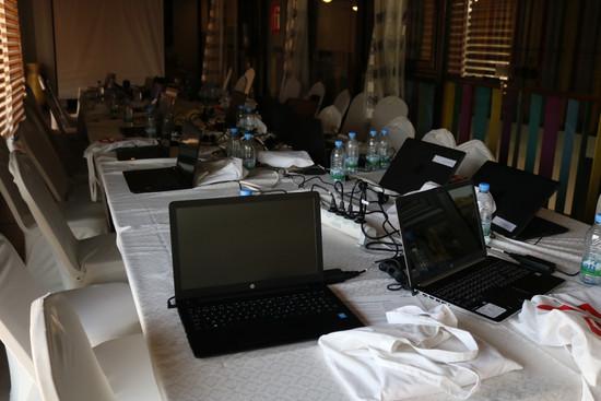 Salle de formation avec les ordinateurs