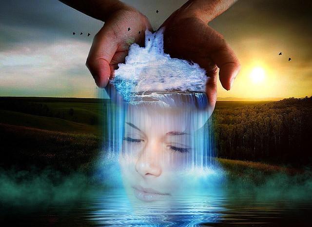 Les mains du magnétiseur sortent une femme de l'eau, représentant le stress, pendant que le soleil se lève à l'horizon.