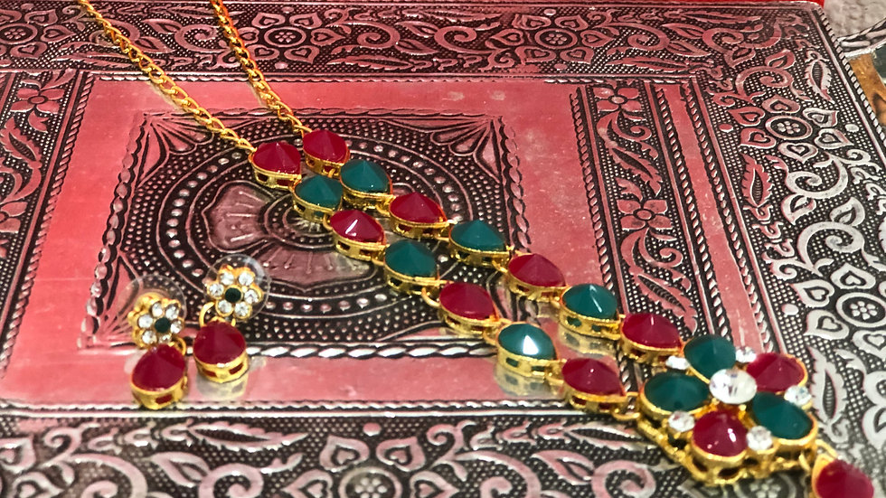 Long necaklace with green and red work