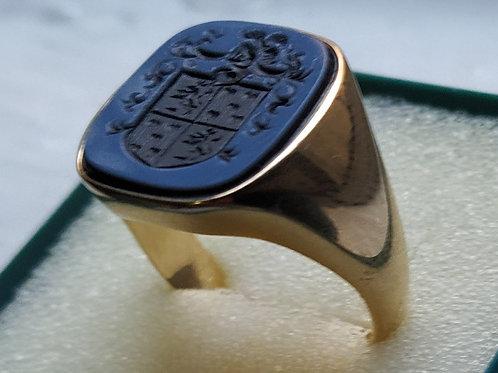 anillo de oro con escudo grabado en agata bicolor