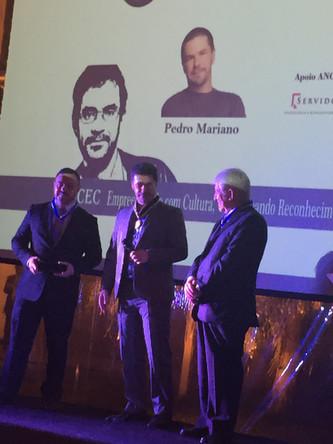 Pedro Mariano Recebe Prêmio