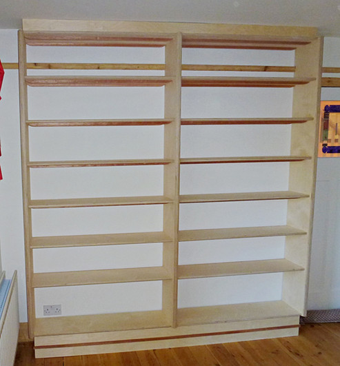 Fitted art-deco shelves.