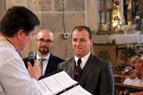 le témoin et le marié à l'église