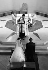 Vue plongeante sur l'autel, le prêtre et les mariés