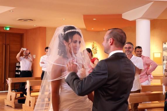 le marié ôte le voile de la mariée
