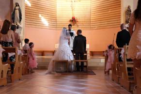 les mariés devant l'autel et le prêtre à l'église